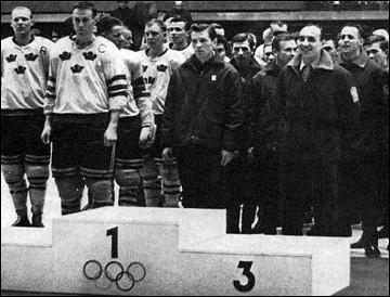 Церемония награждения победителей. В центре — капитан сборной СССР Борис Майоров