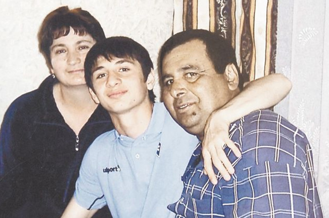 Алан Дзагоев с родителями