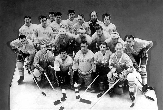 Сборная СССР — победитель Олимпиады-1964. Игроки сфотографировались на фоне западной рекламы, из-за чего было приказано заретушировать фон.