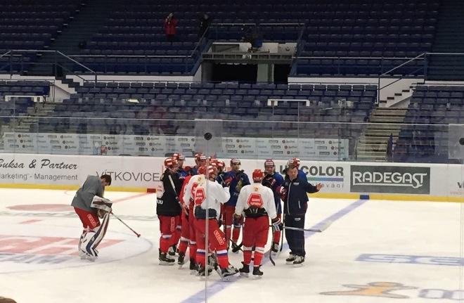 Олег Знарок объясняет игрокам задание