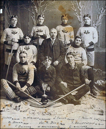 Томми Филлипс (стоит крайний справа)