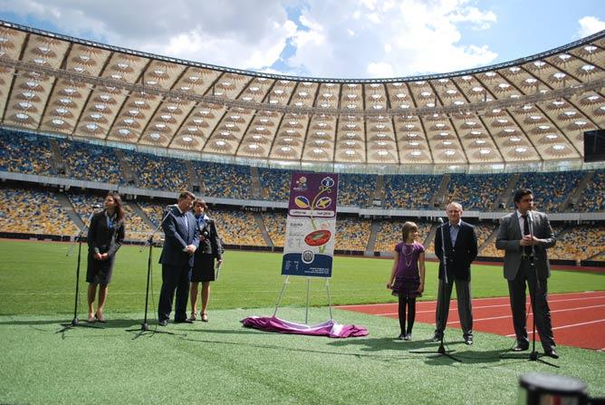 Первый презентационный билет достался победительнице конкурса детского рисунка к Евро-2012 Дарине Ковтун