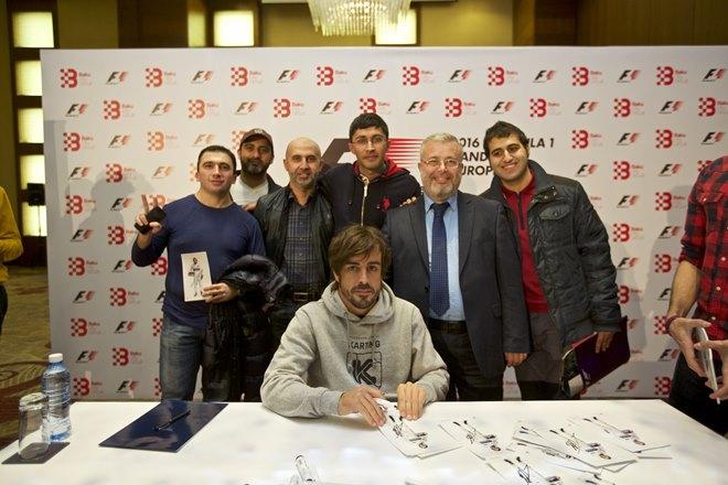 Фернандо Алонсо с болельщиками