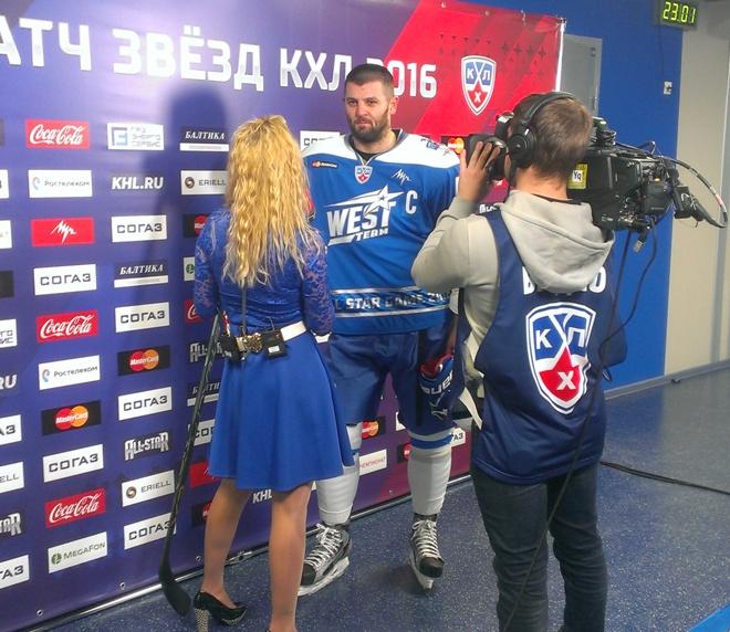 Александр Радулов даёт интервью в перерыве