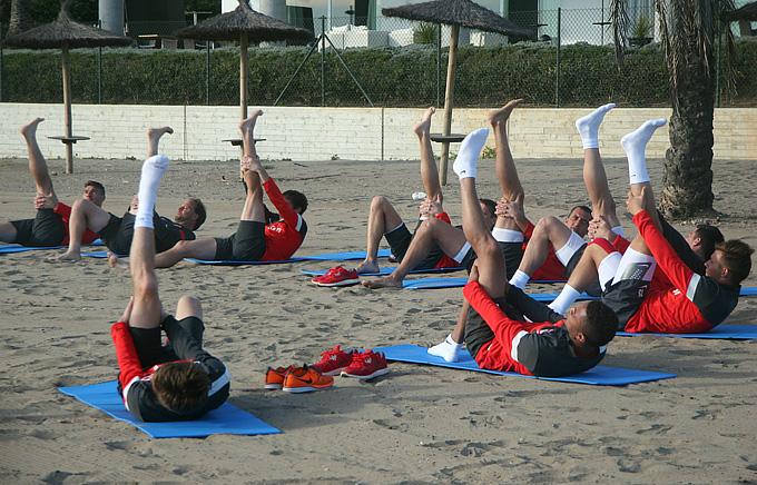 Спартаковцы занимаются на песке