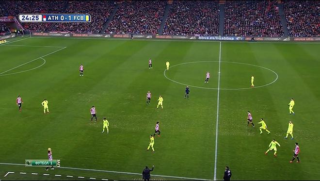 Для вводящего мяч в игру защитника «Атлетика» наиболее очевидным был вариант со вбрасыванием к центральной линии, но его соперника лишил Бускетс