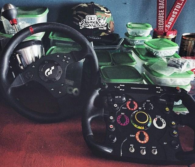Разные варианты рулей, включая «формульный»