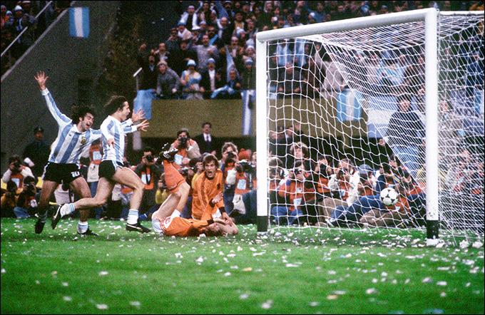 Марио Кемпес, поразивший ворота голландцев, и Даниэль Бертони
