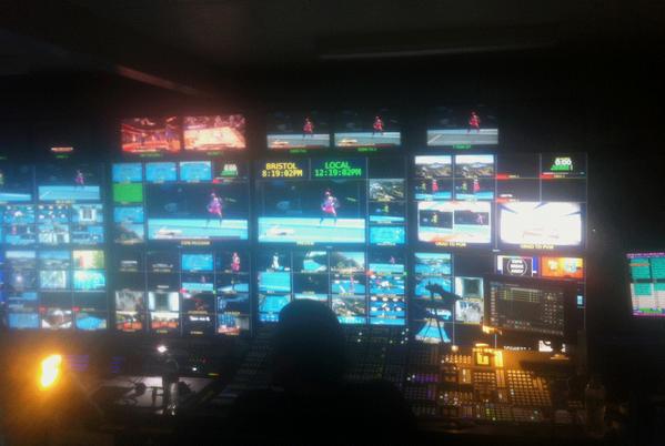 Телевизионщики готовятся к очередному дню трансляций со всех кортов.