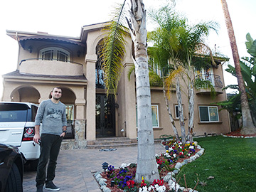 Юра Мовсисян на фоне своего дома