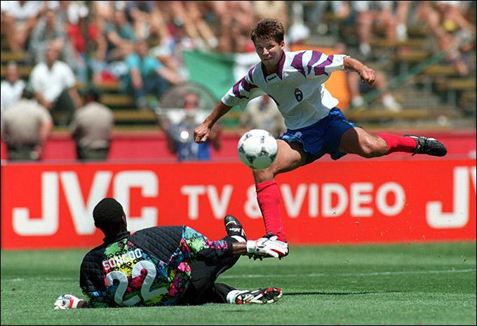 Олег Саленко забивает свой пятый гол в матче со сборной Камеруна