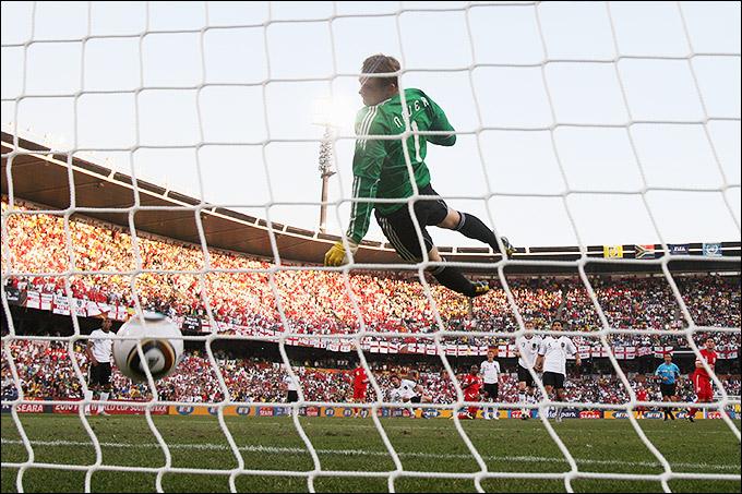 Мяч после удара Фрэнка Лэмпарда пересёк линию ворот, защищаемых голкипером Мануэлем Нойером