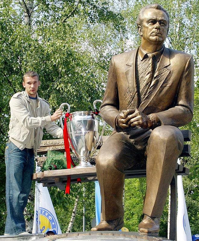 Андрей Шевченко с кубком Лиги чемпионов у памятника Валерию Лобановскому