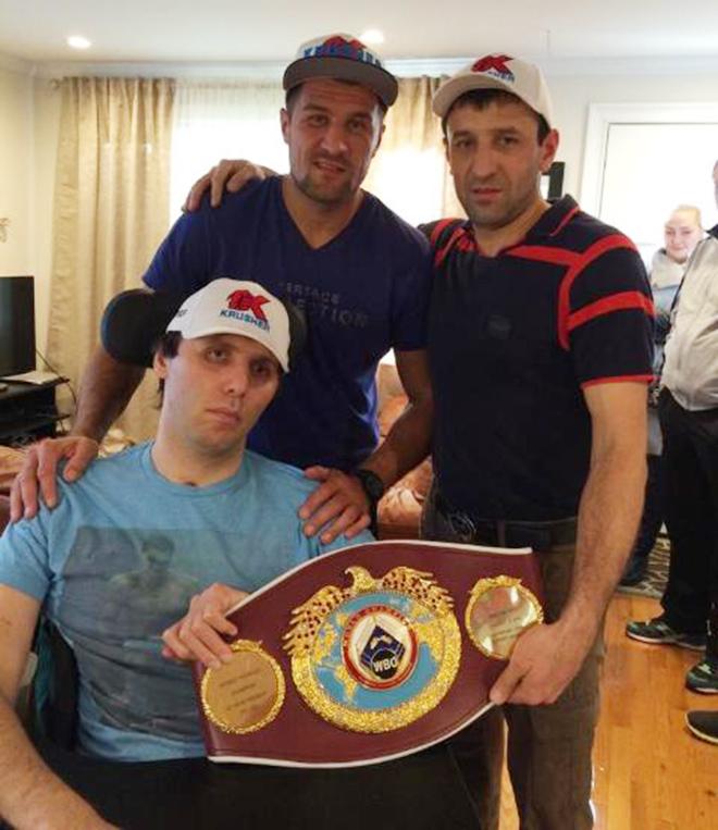 Первым делом после боя Сергей навестил друга Магомеда Абдусаламова, который продолжает восстанавливаться после тяжёлой травмы