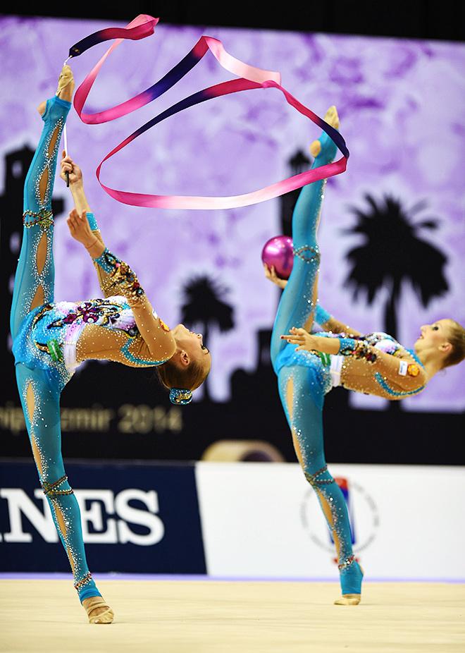 Российские гимнастки выполняют групповые упражнения с мячами и лентами на чемпионате мира по художественной гимнастике в Измире