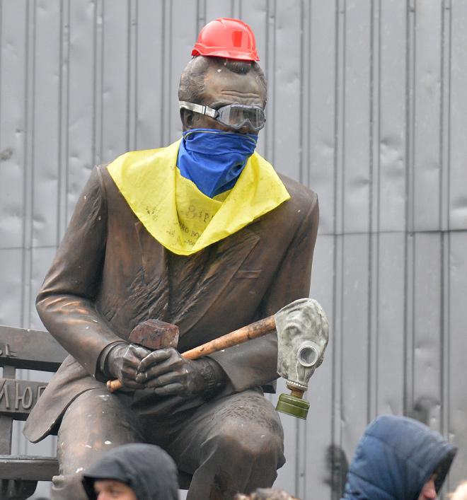 Памятник Валерию Лобановскому на улице Михаила Грушевского во время событий в центре Киева