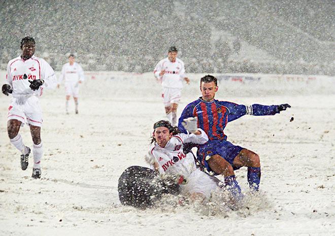 Из-за обильного снегопада начало дерби пришлось перенести почти на час, а перерыв в матче составил почти полчаса
