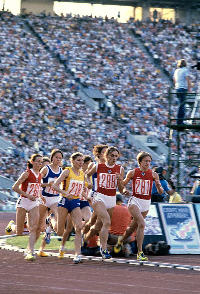 Финальный забег женщин на 800 метров возглавляет Надежда Олизаренко, ставшая чемпионкой Игр с новым мировым и олимпийским рекордом — 1 мин 53,5 с