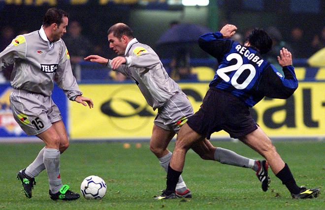 Альваро Рекоба пытается отобрать мяч у Зинедина Зидана. Рядом Алессандро Биринделли