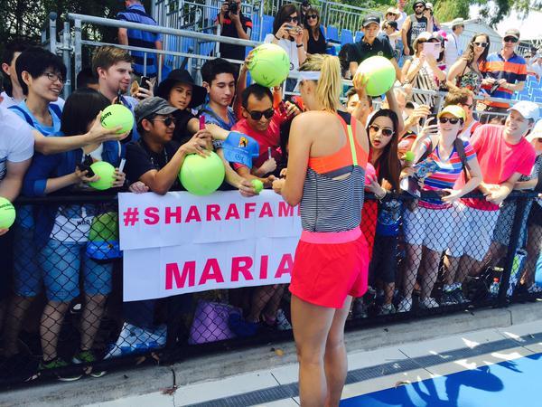 Мария Шарапова вышла на утреннюю тренировку и раздала автографы всем желающим.