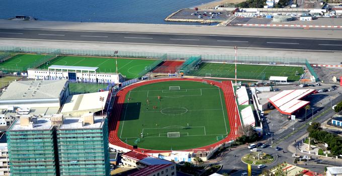Стадион 'Виктория' расположен сразу за взлётно-посадочной полосой