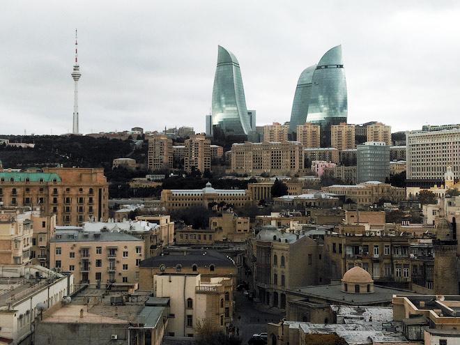 Типичная фотография из Баку – над Старым городом возвышаются громадные Башни огня