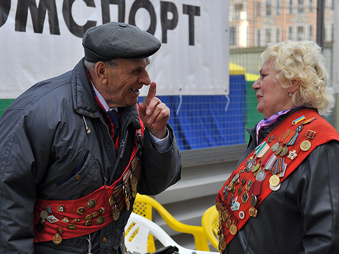 Александр Соломко и рекордсменка мира Нина Откаленко на эстафете по Садовому кольцу