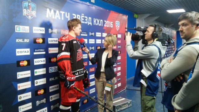 Кирилл Капризов даёт интервью во втором перерыве
