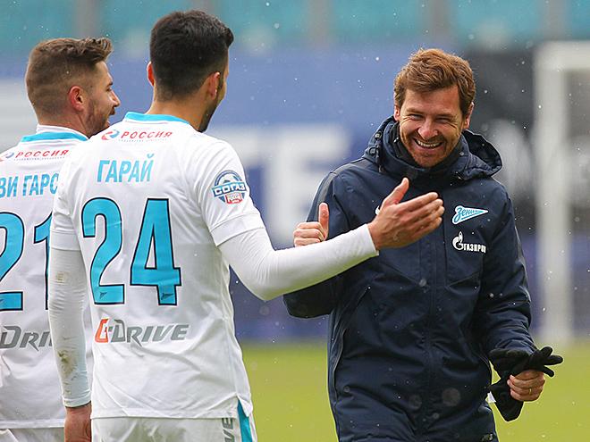 Андре Виллаш-Боаш поздравляет своих игроков с победой