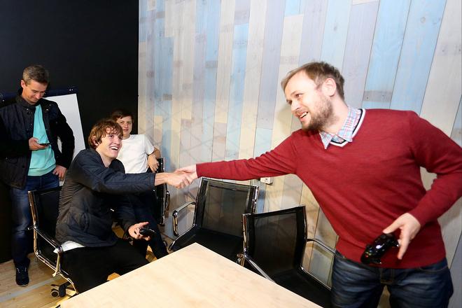 Антон Матвеев поздравляет Марио Фернандеса с заслуженной победой
