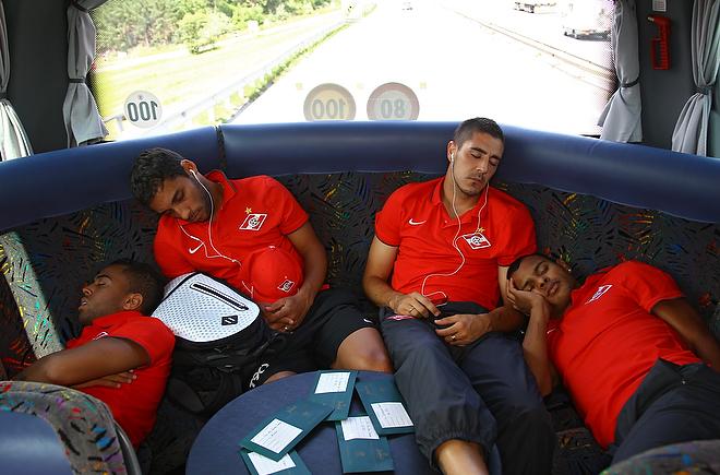 Рафаэль Кариока, Ибсон, Серхио Родригес и Ари спят в автобусе во время пути на тренировочный сбор