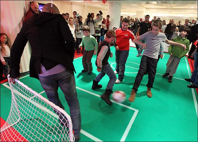 Веллитон и Кариока поиграли в футбол с детьми