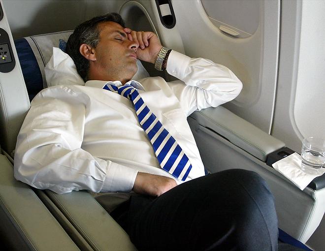 Жозе Моуринью спит в самолёте перед финальным матчем ЛЧ «Порту» – «Монако»