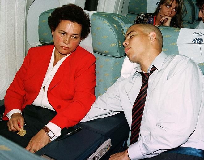 Роналдо спит в самолёте после победы «Барселоны» над «Пари Сен-Жермен» в финале Кубка обладателей Кубков