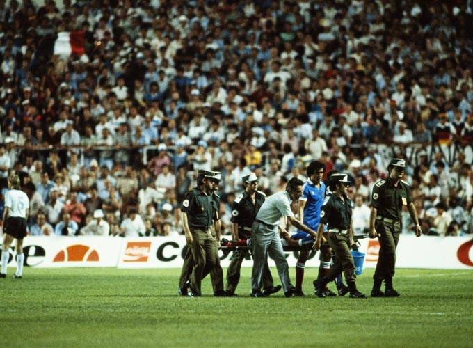 Патрика Баттистона уносят с поля. ФРГ - Франция 1982