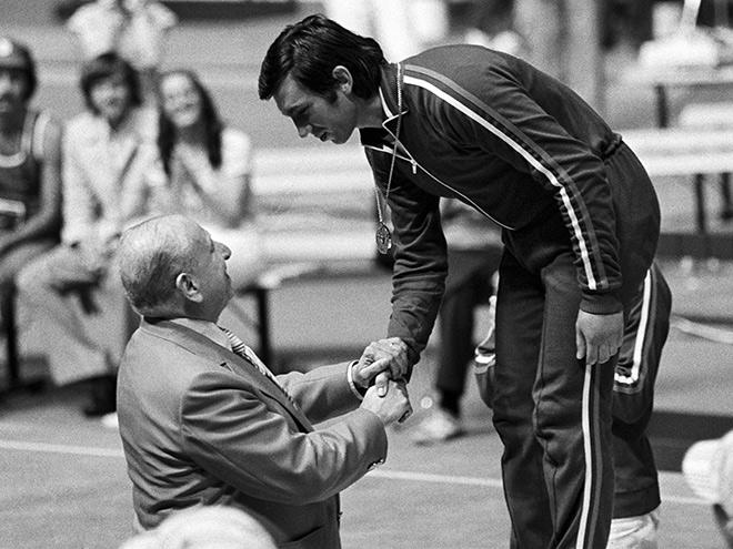 Пьер Ферри вручает Виктору Кровопускову золотую олимпийскую медаль