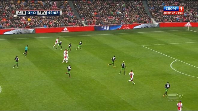 Лукас Андерсен получает мяч на фланге и оказывается в окружении троих соперников — в том числе и Класи
