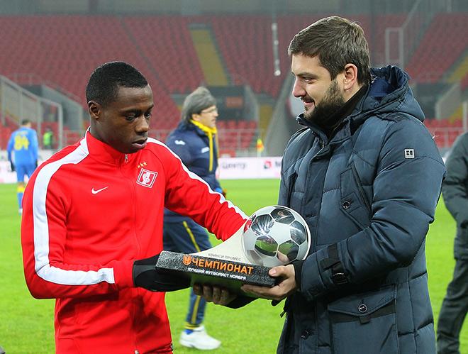 Квинси Промес получает приз лучшему футболисту ноября от «Чемпионата»
