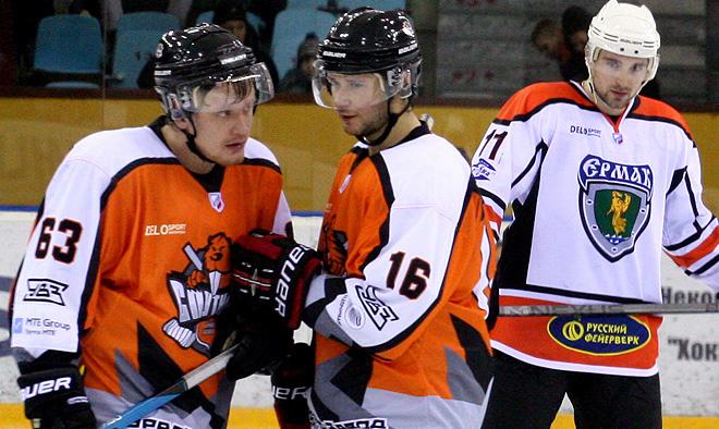 Алексей Селуянов (слева, № 63) – лучший защитник недели ВХЛ