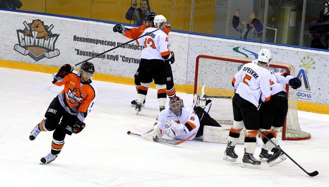 Лучший нападающий недели ВХЛ Роман Козлов (слева) забрасывает шайбу в ворота «Молота-Прикамья»