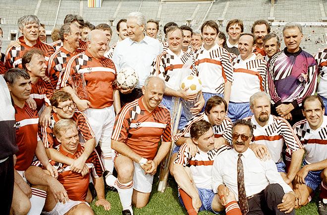 Футбольные команды правительств Москвы и России в форме сборной