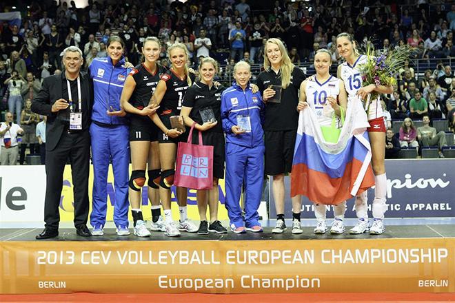 Екатерина Панкова (вторая слева) — лучшая связующая чемпионата мира 2013 года
