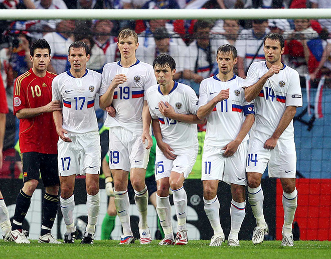 Роман Широков (крайний справа) в матче против сборной Испании