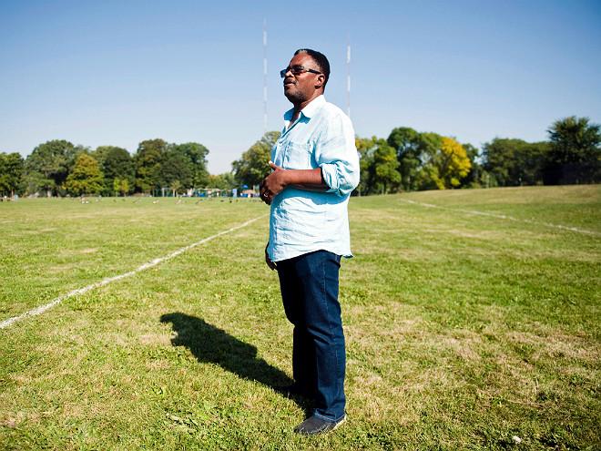 Эрл Инграм на футбольном стадионе одной из школ Милуоки