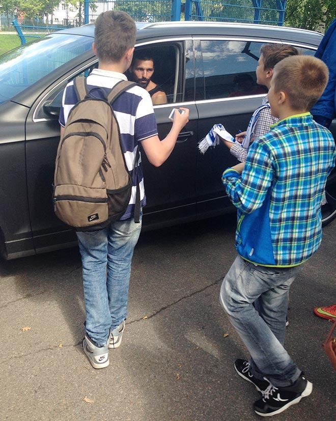 Болельщики буквально обступили машину Данни, скандируя «Happy Bithday»