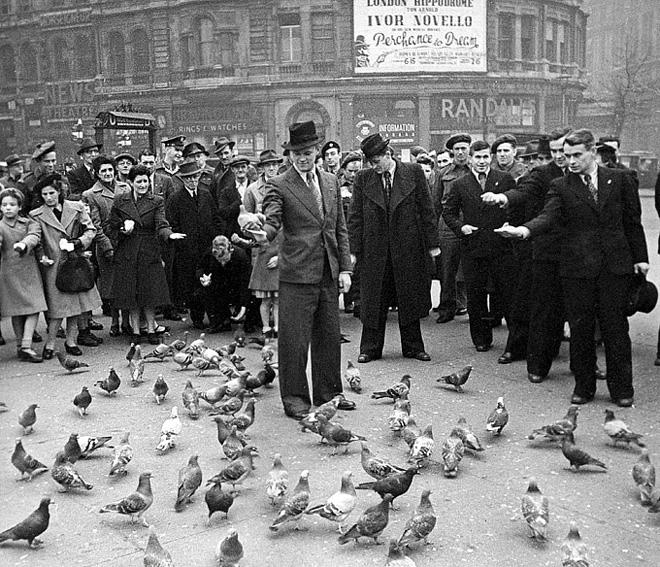 Футболисты «Динамо» на экскурсии по Лондону. В центре — Всеволод Бобров, справа — Константин Бесков