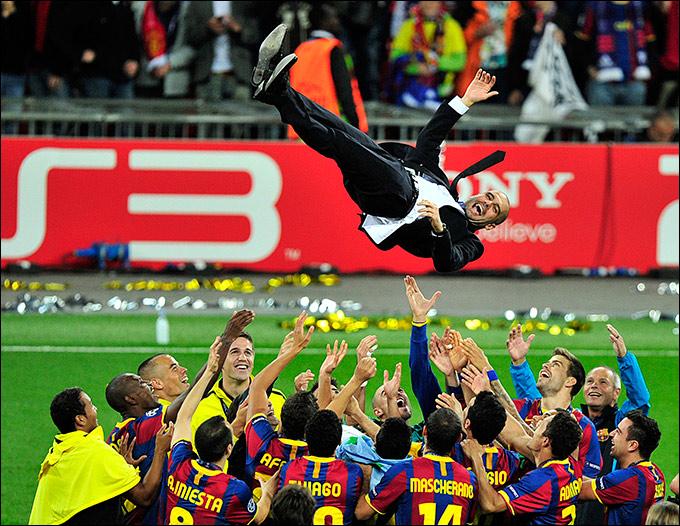 """Source: AFP PHOTO / GLYN KIRK.  28 мая 2011 г., Лондон:, Ликующие футболисты  """"Барселоны """", после победы над..."""