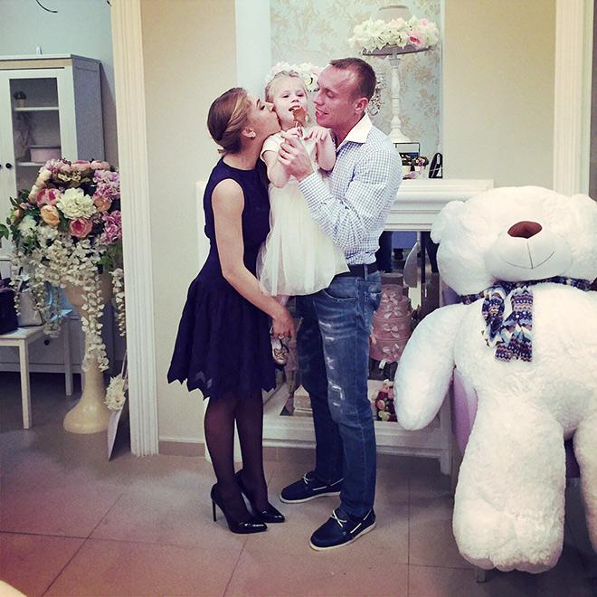 Денис Глушаков с женой Дарьей и дочерью