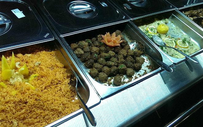 Буфет с едой в пресс-центре арены «Лусаил»
