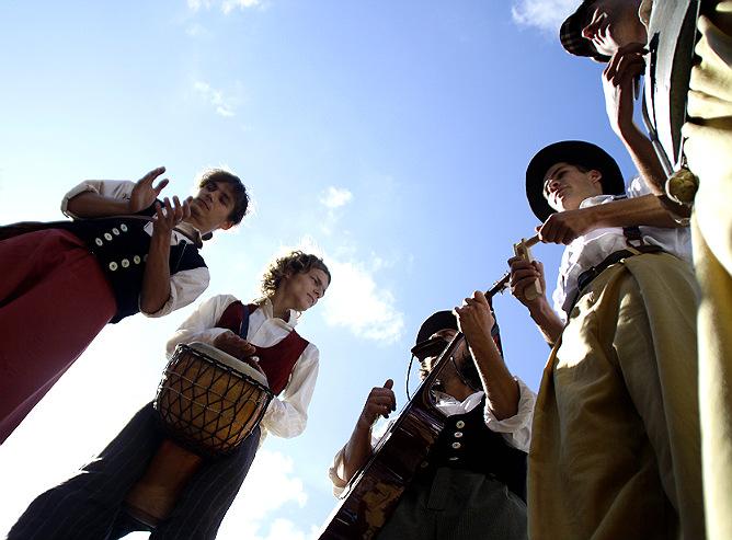 Уличные музыканты на ходулях